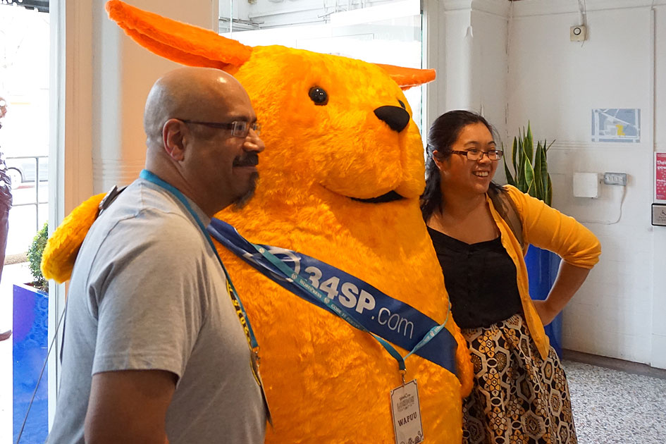 Wapuu meets WordCamp organiser Jenny Wong and WordPress co-founder Mike Little